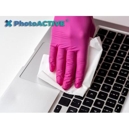 Application de PhotoACTIVE en spray sur des claviers d'ordinateur