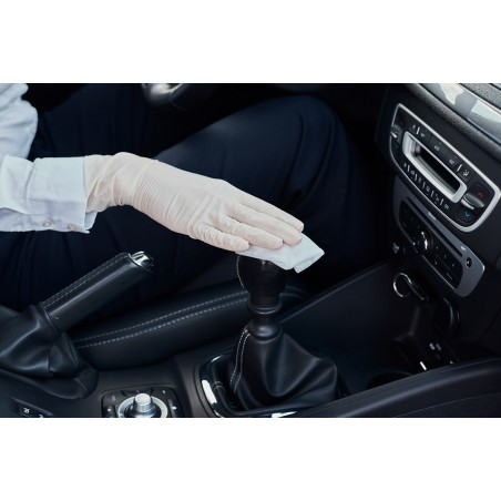 désinfection de l'intérieur d'une voiture avec lingettes safe touch +